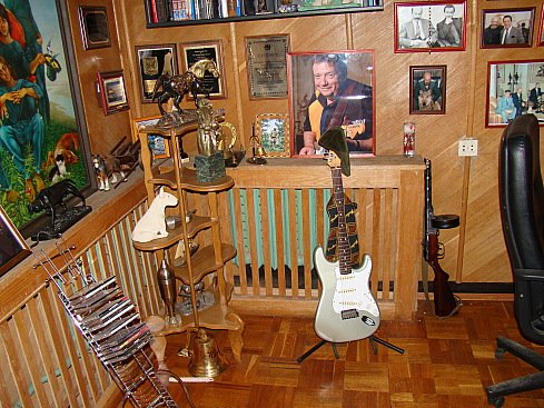 БОНУС.  Эта гитара появилась в коллекции А.Я.Розенбаума в 1992 году.  Инструмент не имеет ни пьезодатчика, ни преампа.